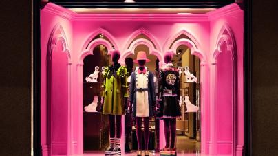 Gucci vetrine Milano: il nuovo allestimento dedicato alla collezione Cruise 2017
