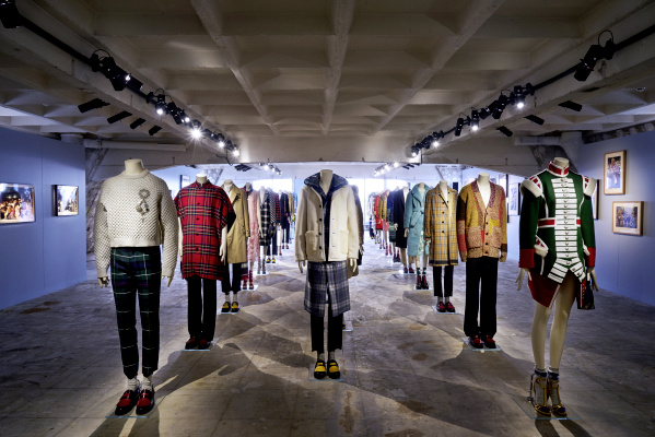 Burberry Parigi mostra Here We Are: l'anteprima con Lucy Moore e Iris Law