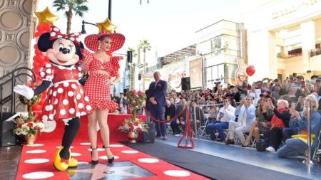 Minnie Walk of Fame: la fashion icon riceve la Stella, special guest Katy Perry e Heidi Klum