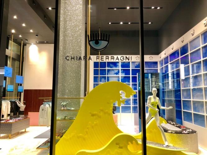 Chiara Ferragni store Milano: le vetrine Fluo per la capsule collection primavera estate 2018
