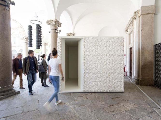 Fuorisalone Interni House In Motion 2018 .pico: micro architettura in gesso per l'arte contemporanea