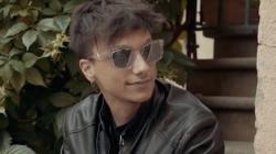 Ultimo Poesia senza veli video ufficiale: il cantante indossa gli occhiali da sole Diesel