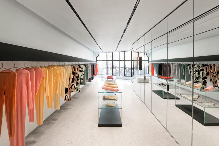 Issey Miyake boutique Londra: il nuovo store con gli abiti-sculture fluttuanti