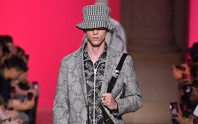 Valentino Uomo collezione primavera estate 2019: la logomania invade il casualwear