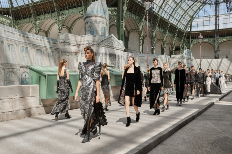 Chanel Haute Couture autunno inverno 2018 2019: la sfilata, guest Penelope Cruz