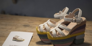 Salvatore Ferragamo scarpe Rainbow Future: il sandalo icona diventa 100% sostenibile