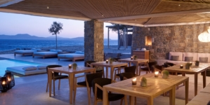 Bill & Coo Coast Suites Mykonos ristorante: protagoniste le poltroncine e i tavoli dining Knit di Ethimo