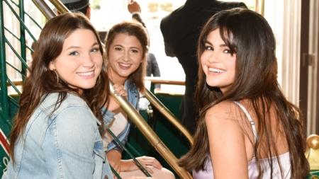 Coach Selena Gomez The Grove Los Angeles: folla di fans per la cantante