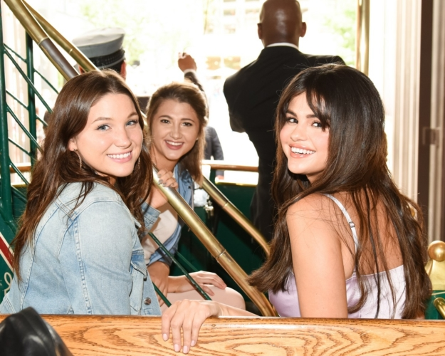 Coach Selena Gomez The Grove Los Angeles: folla di fans per la cantante