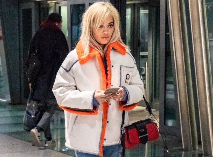 Celebrity Prada borsa Sidonie: la it-bag indossata da Bella Hadid, Rita Ora e Kaia Gerber