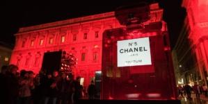 Chanel Piazza della Scala Milano: il tram e la luce rossa dell'iconico flacone N°5