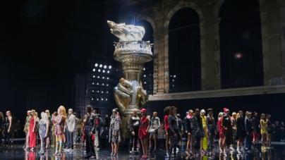 Versace Pre Fall 2019: la sfilata a New York, guest Blake Lively e Kim Kardashian