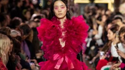 Schiaparelli Haute Couture primavera estate 2019: un sogno di fiori stellati, la sfilata