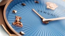 Versace orologi femminili 2019: Audrey V.Watch, omaggio all'iconica Jack Russell di Donatella