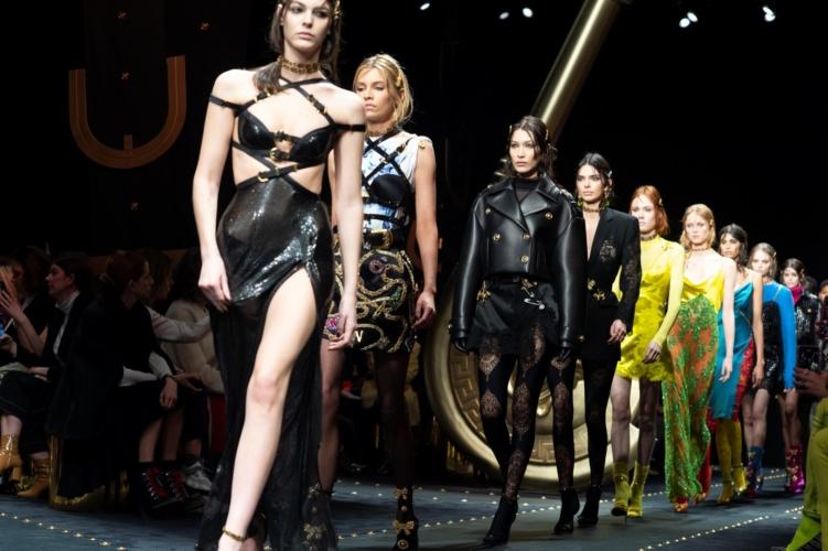 Versace Donna autunno inverno 2019: la celebrazione iconografica, la sfilata