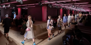 Prada Resort 2020 sfilata: il fashion show a New York, guest Uma Thurman e Naomi Watts