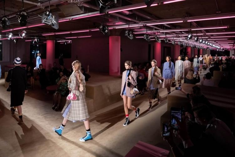 Prada Resort 2020 sfilata: il fashion show a New York, guest Uma Thurman e Naomi Watts