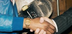 Gucci orologi 2019 campagna: il segnatempo Grip e la stretta di mano