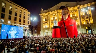La casa di carta 3: l'opera di Cattelan L.O.V.E con la maschera di Dalì in Piazza Affari a Milano