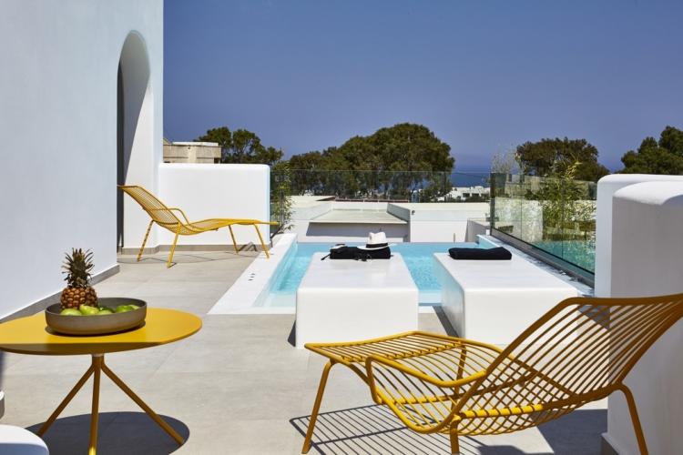 Altera Pars Suites Santorini: l'elegante e vivace outdoor firmato Pedrali