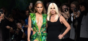 Versace Donna primavera estate 2020: Jennifer Lopez sfila con l'abito Jungle Print