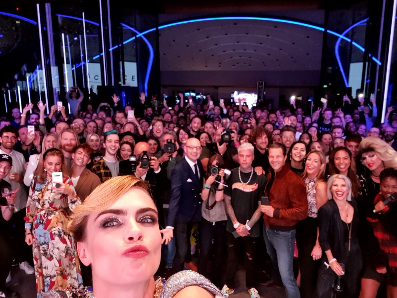 Cara Delevingne Samsung Selfie