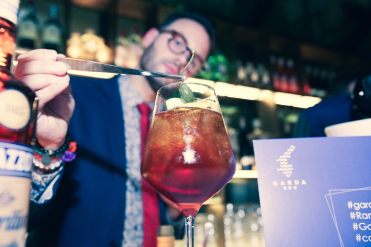 Amaro Ramazzotti cocktail Gardami: il drink tutto italiano da condividere con gli amici