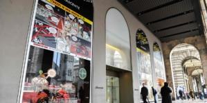 Love to Ride Rinascente Milano 2019: le vetrine a fumetti celebrano le due ruote