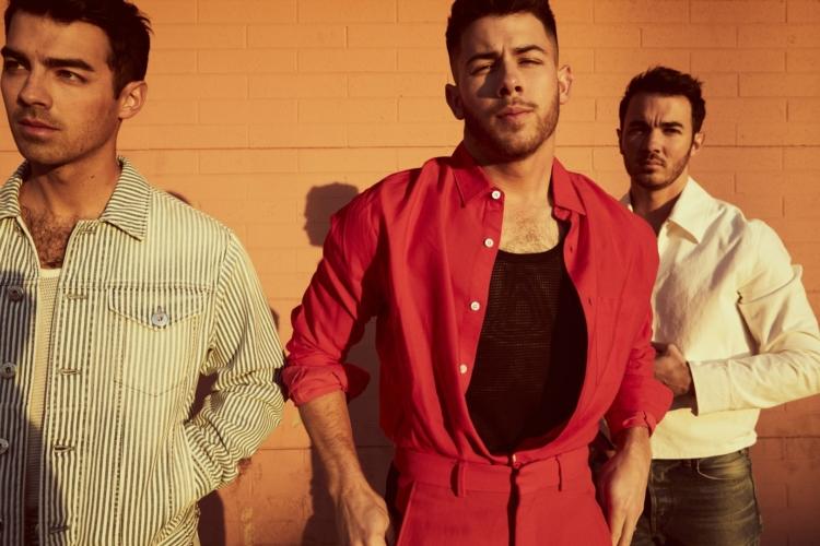 Jonas Brothers What A Man Gotta Do: il video con Priyanka Chopra Jones e Sophie Turner