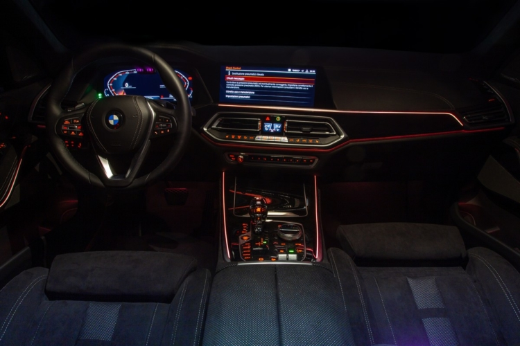 BMW X5 Timeless Edition: gli eleganti interni neri in Alcantara