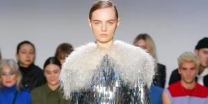 JW Anderson donna autunno inverno 2020: volumi in movimento, tutti i look