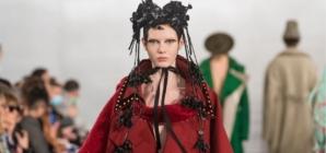 """Maison Margiela autunno inverno 2020: John Galliano """"recicla"""" le icone del guardaroba borghese"""