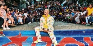 Guess J Balvin Colores: la campagna e la capsule collection primavera estate 2020