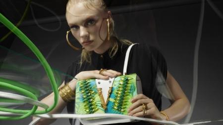 Versace Virtus Bag primavera estate 2020: la ricca palette di colori e stampe Tie-Dye