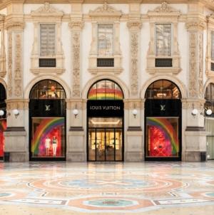 Louis Vuitton Milano Galleria: l'arcobaleno decora le vetrine delle boutique