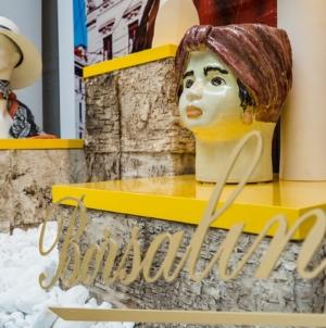 Borsalino boutique vetrine estate 2020: le esclusive ceramiche dell'artista Giacomo Alessi