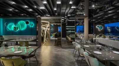 Moya ristorante Mariano Comense: stringhe di luce, fluidità scultoree e tonalità boreali