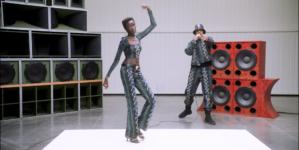 Versace Flash Collection 2021: la performance live con AJ Tracey