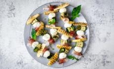 Antipasto spiedini estivi freddi: una ricetta sfiziosa, colorata e moderna