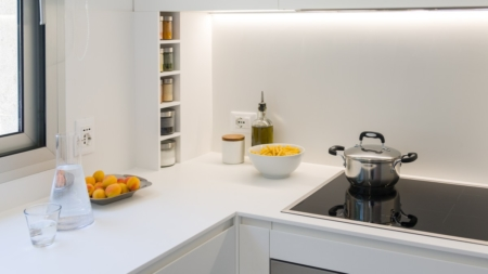 Cucina minimal bianca e moderna: rigore lineare con Solid Surface HI-Macs
