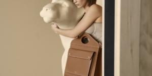 Burberry Pocket Bag Bella Hadid: la nuova campagna scattata da Inez e Vinoodh