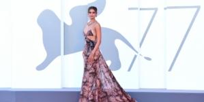 Venezia 2020 Cerimonia di Apertura: il red carpet di Lacci con Taylor Hill e Tilda Swinton