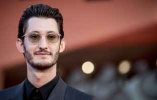 """VENICE, ITALY - SEPTEMBER 03: Pierre Niney walks the red carpet ahead of the movie """"Amants"""" at the 77th Venice Film Festival on September 03, 2020 in Venice, Italy. (Photo by Alessandra Benedetti - Corbis/Corbis via Getty Images)"""