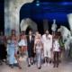 Versace primavera estate 2021: la città sommersa di Versacepolis, tutti i look