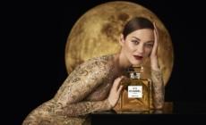 Chanel N°5 Marion Cotillard campagna: l'iconica fragranza sbarca sulla Luna, il video