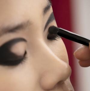 Chanel make up Metiers d'Art 2020: trucco grafico ed intenso per incarnare lo spirito rinascimentale