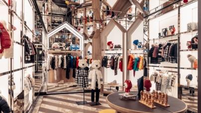 Moncler boutique Champs Elysees: il nuovo flagship store progettato come un rifugio immersivo
