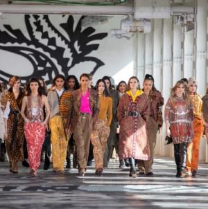 Etro Donna autunno inverno 2021: la nuova hippie chic nomade, tutti i look e il video
