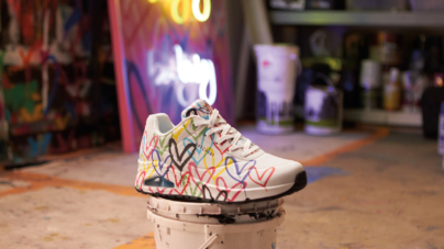 Skechers x JGoldcrown: l'iconico Love Wall dell'artista prende vita su sneakers e slippers