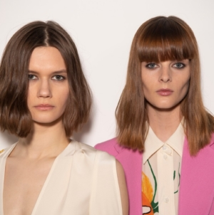 Victoria Beckham autunno inverno 2021: Lived in Luxe, l'hair look ispirato agli anni '90